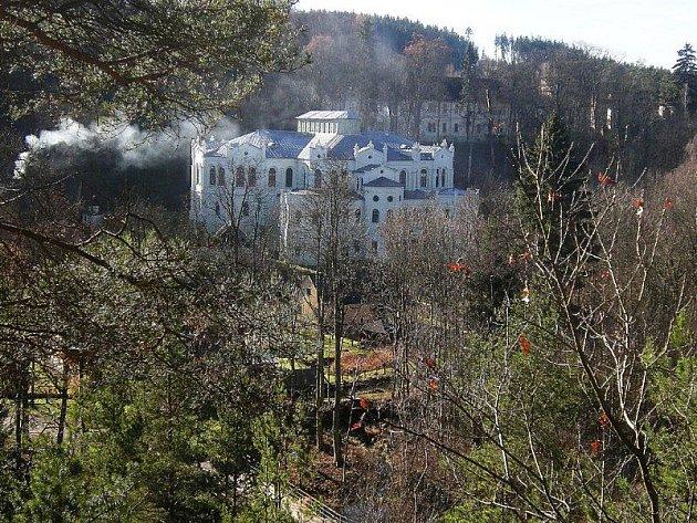 Pohled ze svahu Světeckého vrchu do údolí Mže na jízdárnu a další památky osady Světce.