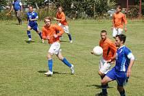 V utkání tisovského turnaje mezi domácím Zetorem a mutěnínským Sokolem (modré dresy) zvítězil celek z domažlického okresu 2:0.