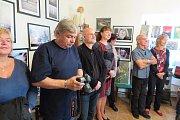 Vernisáž výstavy fotografií v muzeu v Černošíně.