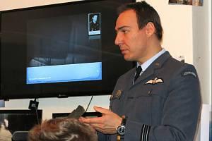 Daniel Švec přednáší stylově v letecké uniformě.