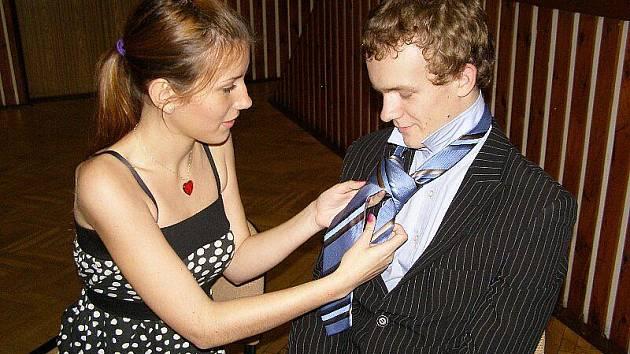 Tanečníci se učili vázat kravaty
