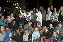 Děti u vánočního stromu.
