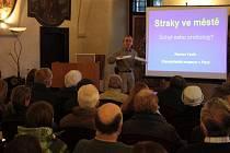 Roman Vacík přednášl v Muzeu Čaského lesa v Tachově o životě strak ve městech.