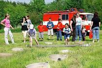 HASIČI V AKCI. Snímek ukazuje přípravu před závody hasičského družstva.