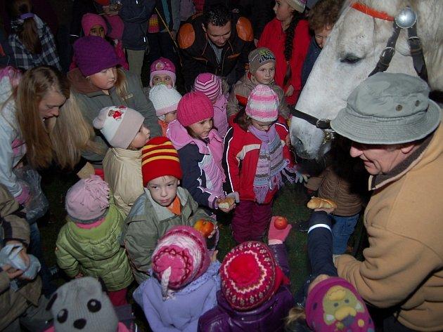 Děti posvítily Martinovi na cestu.