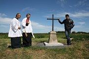 Malá slavnost se konala mezi Tisovou a Lhotkou, kde farář Václav Vojtíšek požehnal novému kříži.