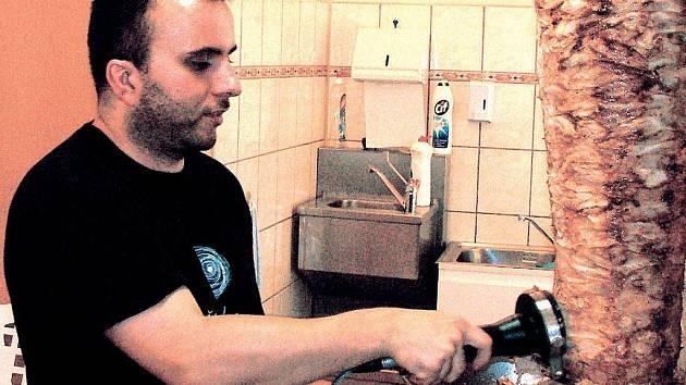Podle Lukáše Martince je možné se prodáváním kebapu uživit. Na zbohatnutí to ale prý není.