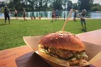 Na plánském koupališti se konala burger párty.
