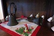 Dvě stovky zvonečků obdivují návštěvníci muzea v Černošíně. Zvonky zapůjčili na výstavu lidé z celého okolí. Nejtěžší (na malém snímku vlevo) váží sedmnáct kilo.