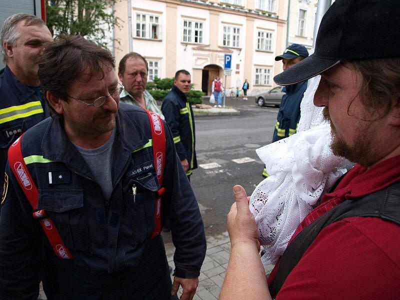 V Plané na náměstí chytali papouška Čakýho.