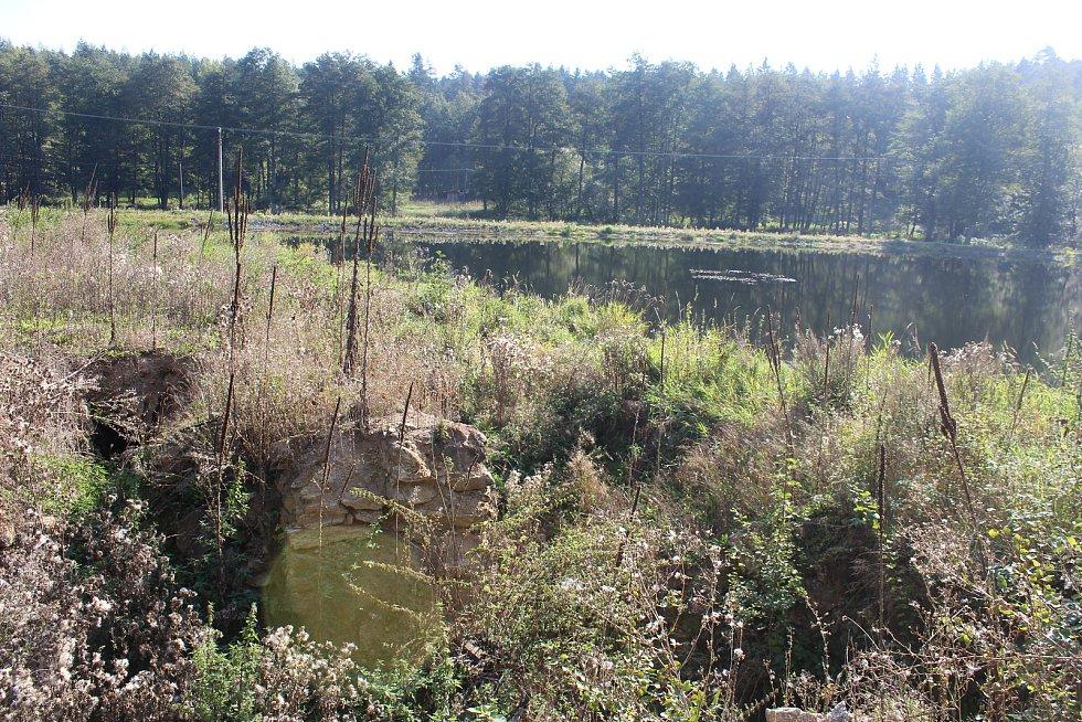 U Čertova mlýna nedaleko Stráže vybudoval Robert Vašíček čtyři rybníky. Černobílý snímek z knihy Cestami krajánků (se svolením autora knihy Zdeňka Procházky) ukazuje podobu mlýna v 50. letech 20. století.