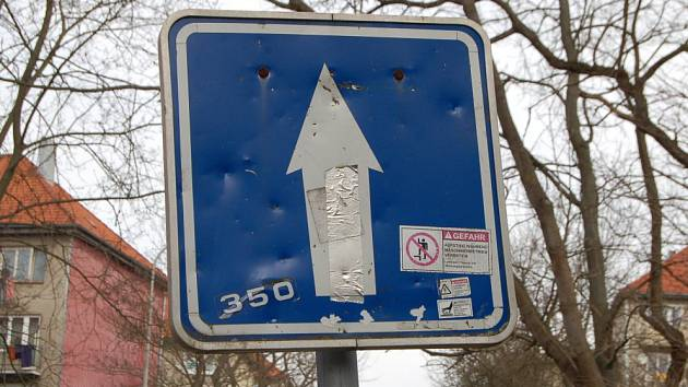 Značky často poškodí vandalové. Buď je ohnou, nebo počmárají a polepí