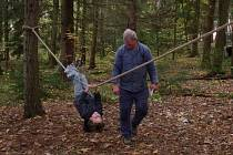David Matějka při šplhu na laně.