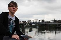 ZAČÍNAJÍCÍ AUTOR Vratislav Maňák ze Stříbra v současné době pracuje v Praze. Na snímku na břehu Vltavy se svojí oceněnou literární prvotinou.