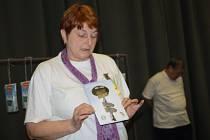 ALENA MAUTNEROVÁ představila na členské schůzi publikaci o historii KČT Tachov.