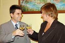 Novým starostou Boru byl zvolen Petr Myslivec, který si po skončení voleb připil na úspěšnou spolupráci s novopečenou místostarostkou města Janou Šperkovou (oba na snímku).