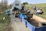 Ošelín - Dobrovolníci během úklidu Lobzů u Ošelína vysbírali několik tun odpadu.