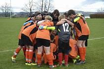 Fotbaloví žáci Jiskry Bezdružice při oslavě jedné z výher.