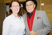 JAN PŘEUČIL s vedoucí tachovské knihovny Lenkou Erretovou před vyhlášením výsledků soutěže.