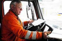 Po zasněžených silnicích nás svezl řidič Eduard Lávička. Součástí jeho práce je nejen úklid silnic, ale i vpylnění výkazů o jízdě a vozidle.