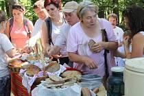 K ochutnání bylo čtrnáct druhů chleba.