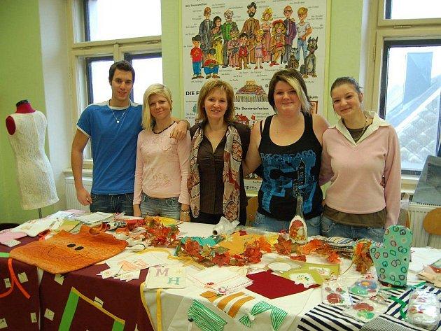 Studenti Josef Kadeřábek, Lucie Nováková, Jitka Smolková, Nikola Slavíková (zleva) společně s učitelkou Věrou Beruščákovou (uprostřed) se věnovali hostům učebně ručních prací.