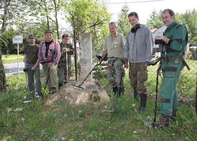 Parta hledačů z Tachovska uklízela u Trnové úvozovou cestu a hledala kovové předměty ukryté pod zemí.