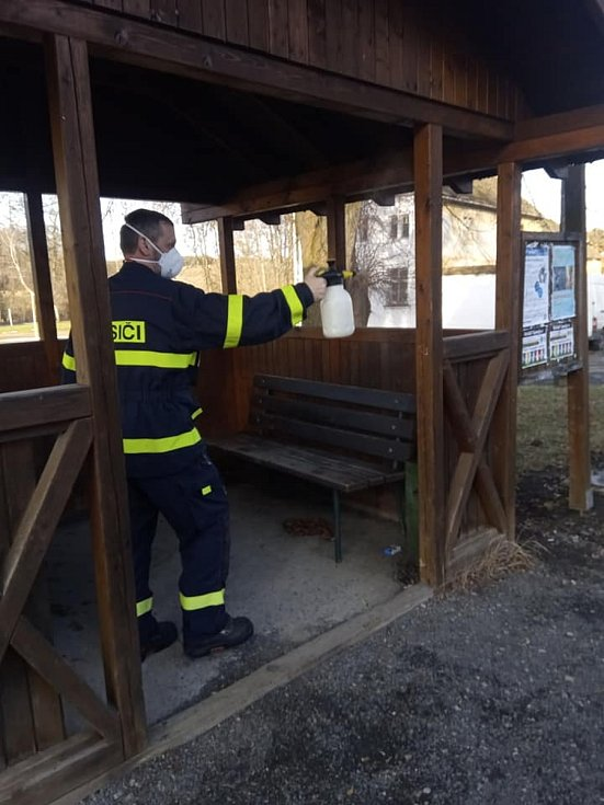 Hasiči z SDH Stříbro dezinfikovali autobusové zastávky.