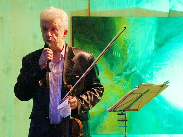 Houslový virtuóz Jaroslav Svěcený koncertoval v Dolních Polžicích.