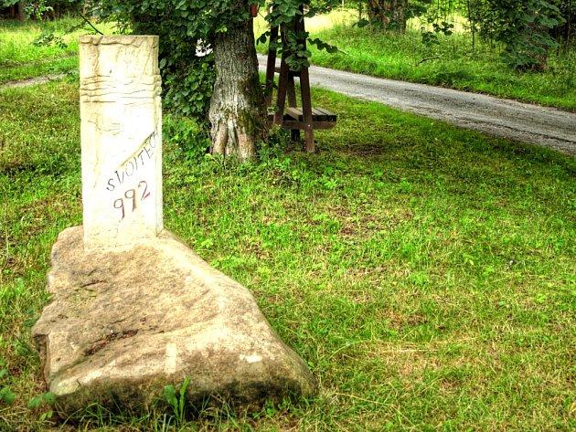 Milník sv. Vojtěcha je umístěn poblíž Zlaté cesty.