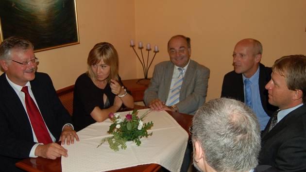 Prezidenti D. Bavorska H. Grunwald (vlevo) a H. Falcka W. Kunert (třetí zleva) navštívili Bezdružice, kde hovořili se starostou J. Soulkem a krajským radním J. Kalistou (zprava).