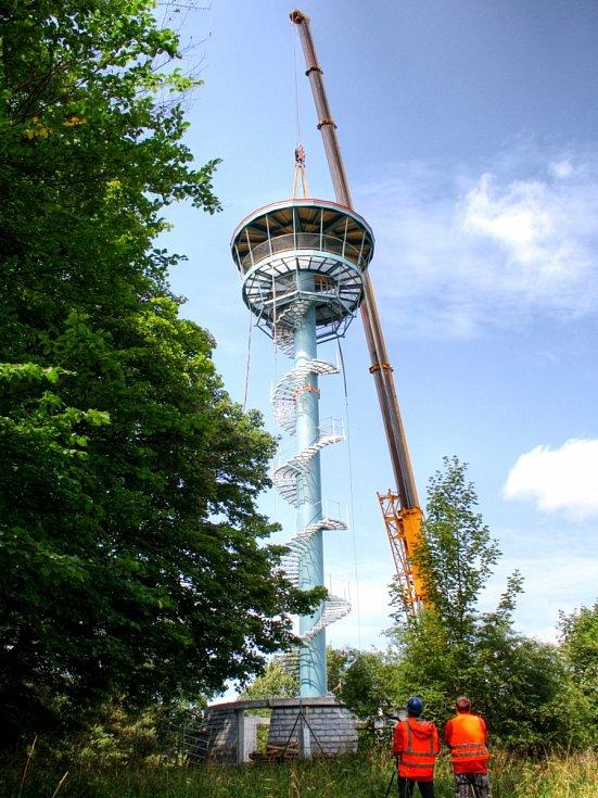 Věž rozhledny v Tachově na Vysoké ční nad vrcholky okolních stromů.