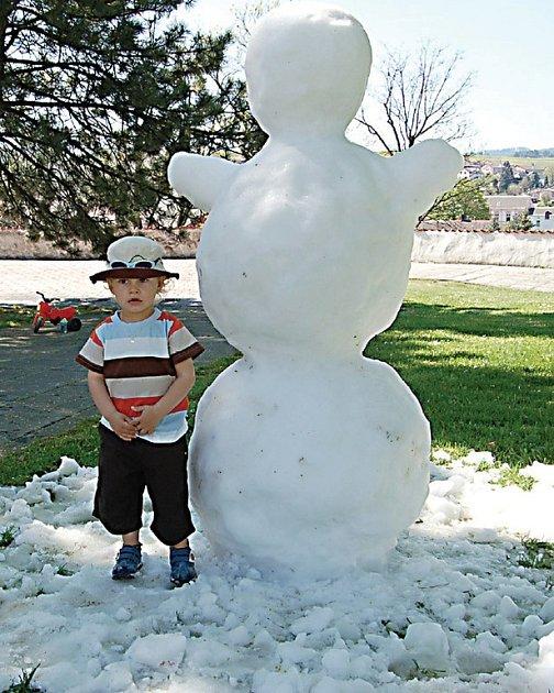 Na nádvoří v Tachově postavili sněhuláka.