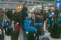 Martin Berčík z Vítkova na pražském letišti Václava Havla před odletem na mezinárodní hokejový turnaj do Kanady