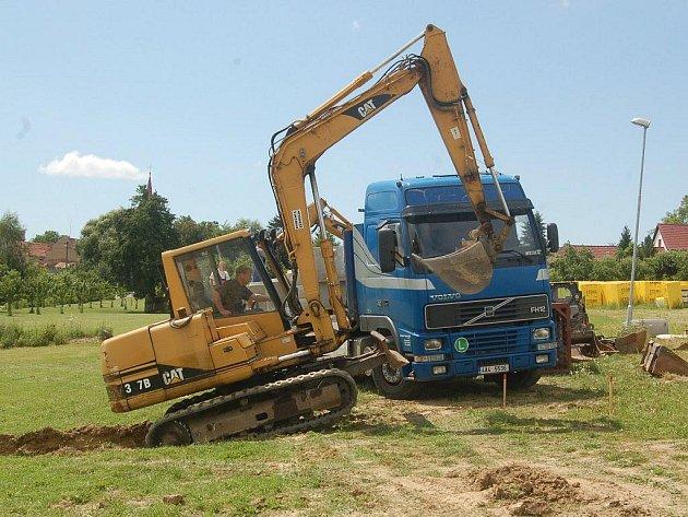 ÚŘADOVAT ZAČAL BAGR. Nové inženýrské sítě nechá obec Kostelec přivést k devíti stavebním pozemkům ve vznikající obytné zóně.