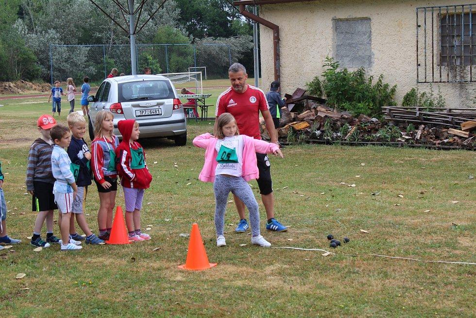 Děti si mohly zaházet míčkem, čekal je rovněž skok do dálky či běžecké disciplíny.