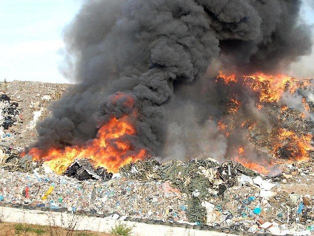 Požár skládky v Černošíně.