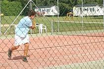 Sportovcům jsou v kempu La Rocca k dispozici také tenisové kurty s umělým povrchem