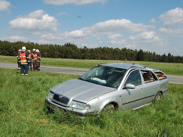 Řidička nezvládla v zatáčce řízení, narazila do příkopu, kde se obrátila na střechu. Cestovala se svojí dcerou. Řdička vyvázla bez zranění, dívenka měla zranění lehká