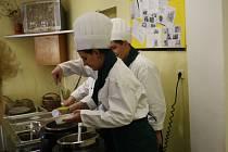 STUDENTI plánského učiliště připravili menu, které kromě martinské husy nabízelo dva druhy polévek a cukrářské výrobky.