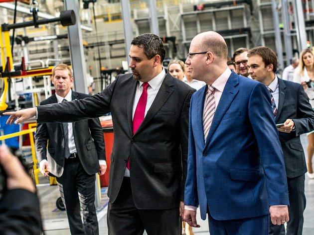 Premiér navštívil továrnu v Ostrově