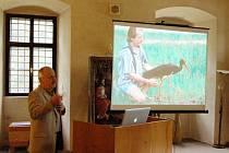 O expedici, pozorování vzácných čápů černých a jejich tahových tras vyprávěl František Pojer v Muzeu Českého lesa v Tachově. Na snímku je při čtvrteční přednášce a také na promítnuté fotografii s čápem s batůžkem s vysílačkou v polovině devadesátých let.