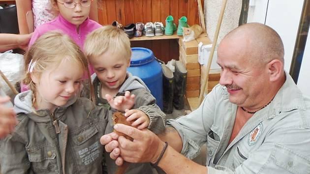 MALÉ VEVERKY obdivovaly hlavně děti, které se svými maminkami přijely ze Stříbra  na návštěvu do Záchranné stanice živočichů ve Studánce.