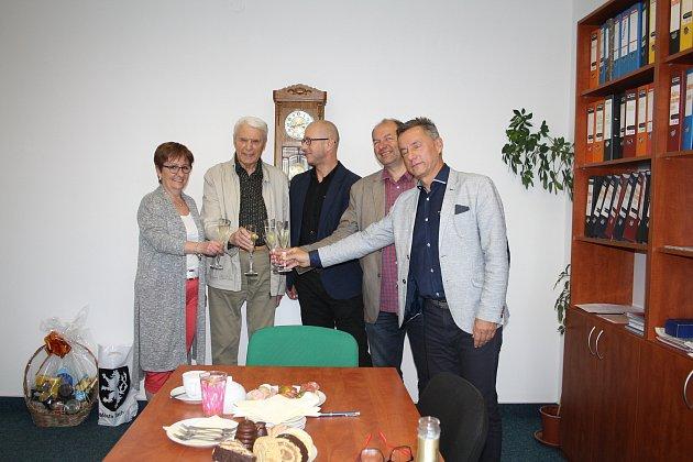 Na tachovské poliklinice přichystali malé pohoštění pro bývalého ředitele lékaře Václava Petráše k jeho devadesátým narozeninám.