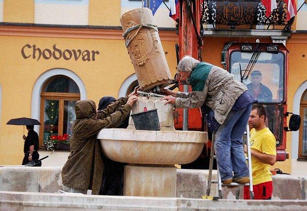 Dominanta rekonstruovaného náměstí v Chodové Plané nabývá nových rozměrů.