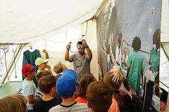 Výstava ukazující práci organizace Lékaři bez hranic bude na tachovském náměstí k vidění do čtvrtečního večera.