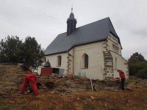 V blízkosti kostela svatého Petra se pracuje na hřbitovní zdi.