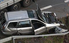 Nehoda kamionu a osobního vozu na průtahu Planou.