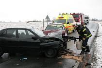 Nehoda tří osobních automobilů se stala u rybníku Regent za Chodovou Planou. Viník nehody nafoukal 1,06 promile.