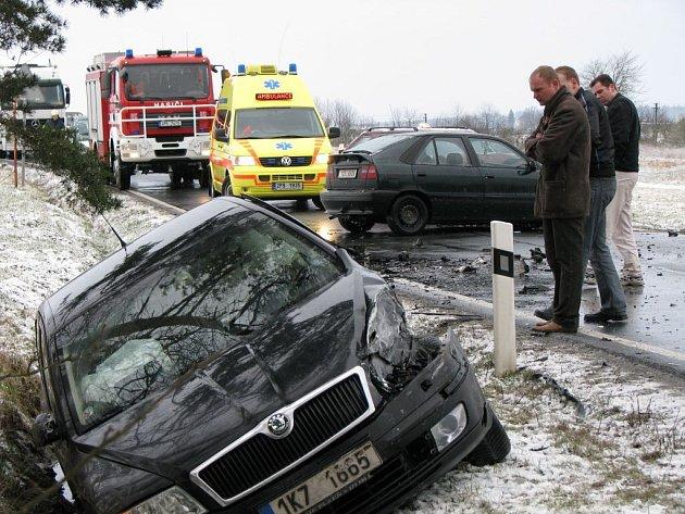 Nehoda tří osobních automobilů se stala u rybníku Regent za Chodovou Planou.